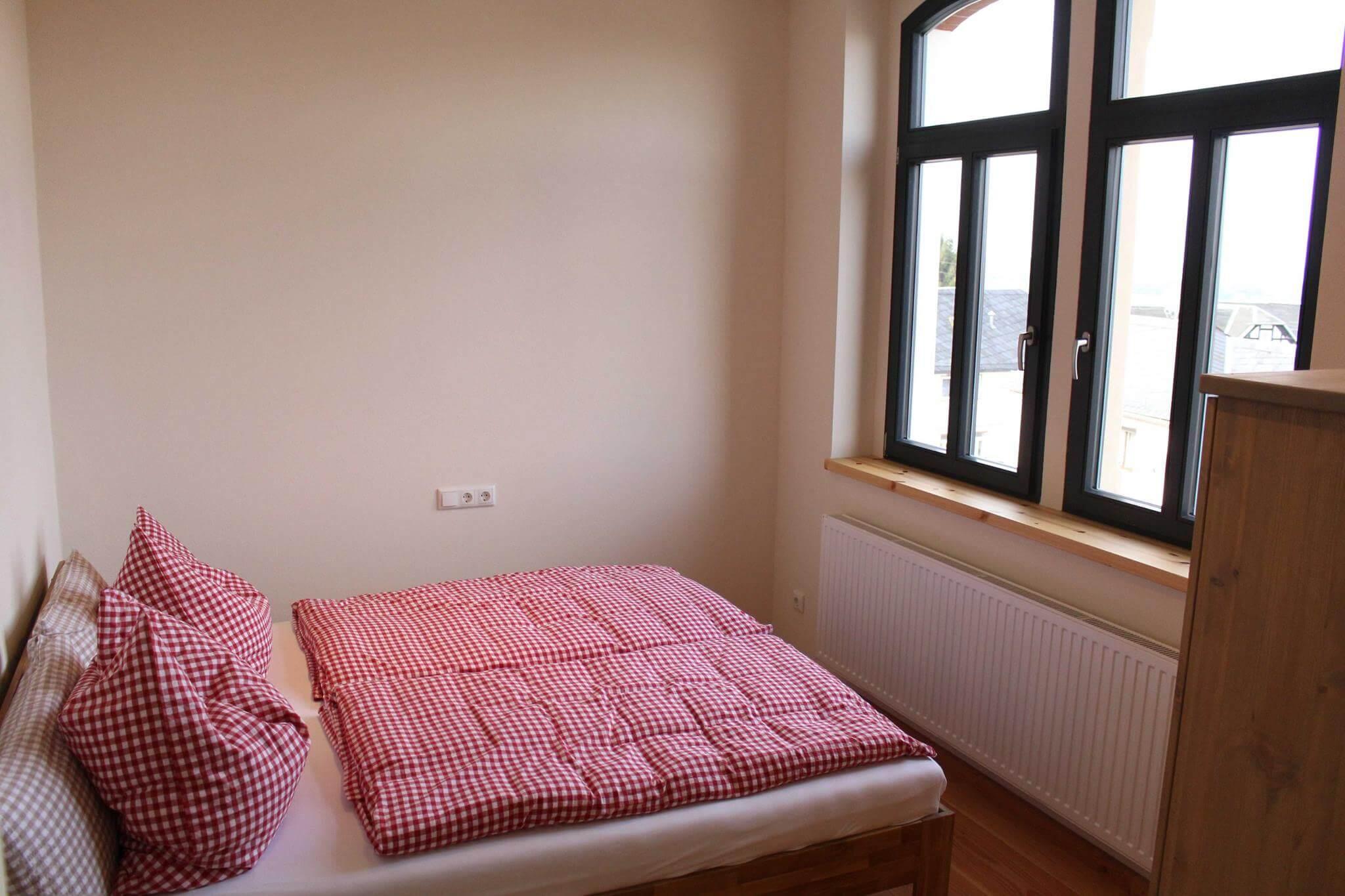 Hotel Turmschule Zeulenroda Klassenzimmer 04, Bett
